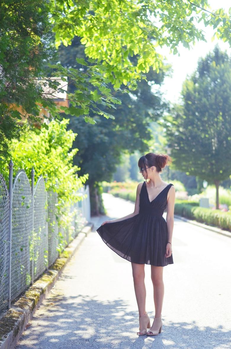Outfit_schwarzes_Kleid_im_Sommer_kombinieren_Dutt_Ballerina_Viktoriasarina