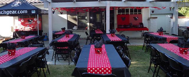Mantel negro con camino de mesa rojo con lunares blancos , sobrio