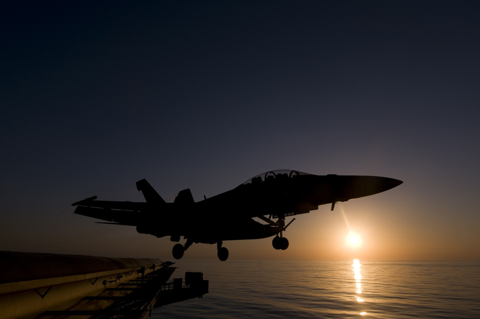 http://1.bp.blogspot.com/-rMnVtXqW-kw/Ty-5Yk6ynHI/AAAAAAAAJ3o/K5ACN3BjFYU/s1600/navy-f18-jet-free-photo-120126-N-TZ605-406.jpg
