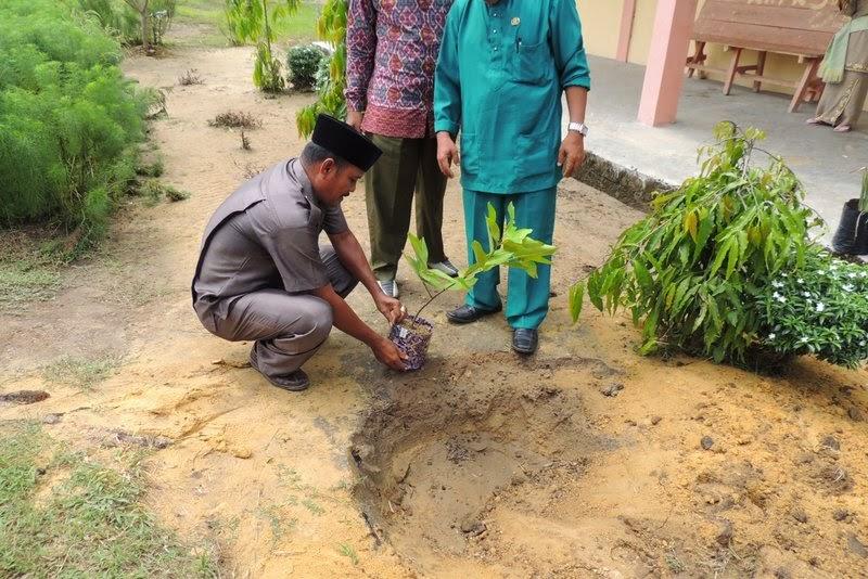 Penyerahan dan Penanaman Pohon dari Alumni SMK Negeri 2 Tambusai Utara