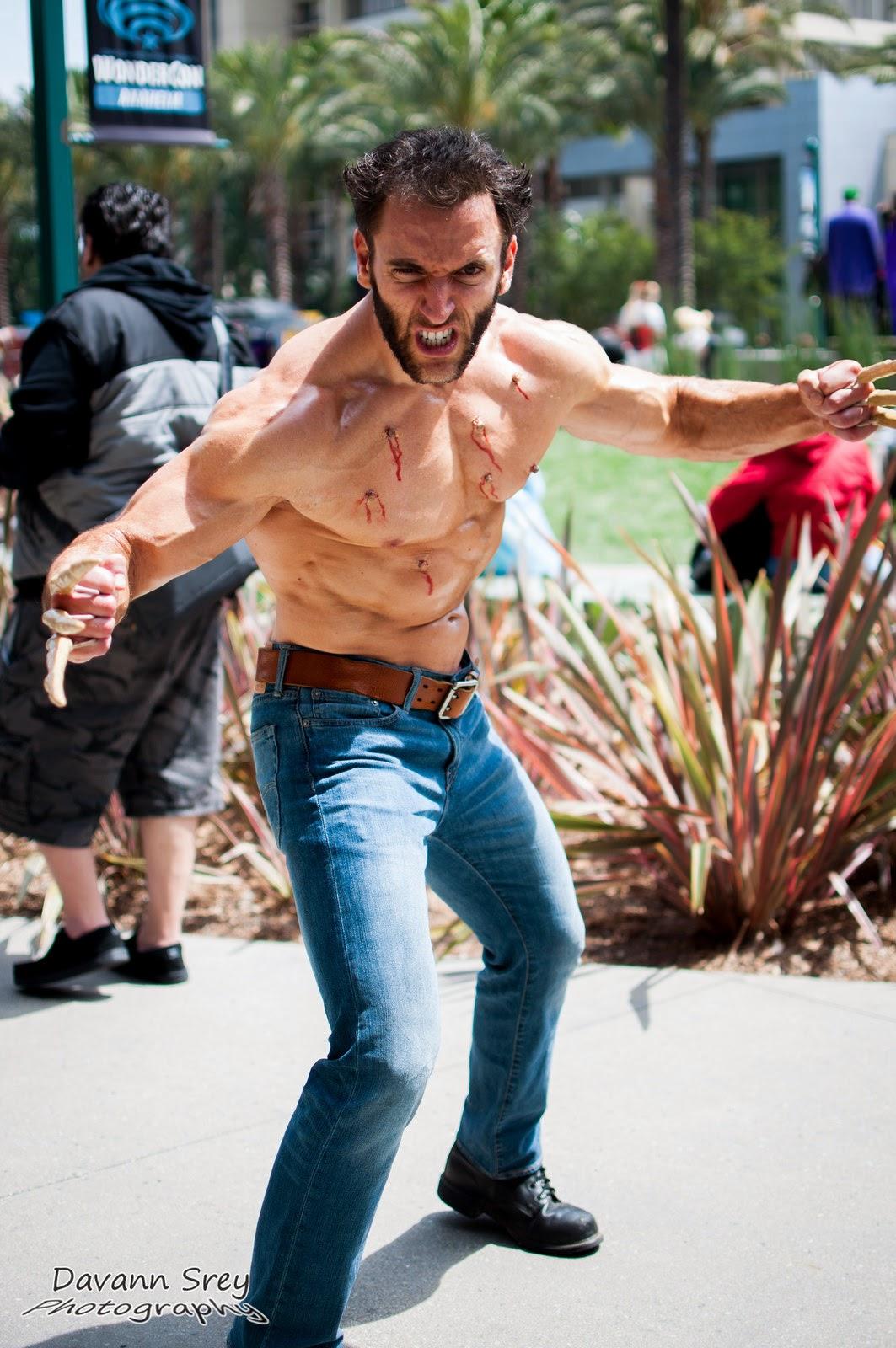 photo de cosplay de la wondercon 2014 de wolverine griffes os et impact de balles sur son torse nu musclé