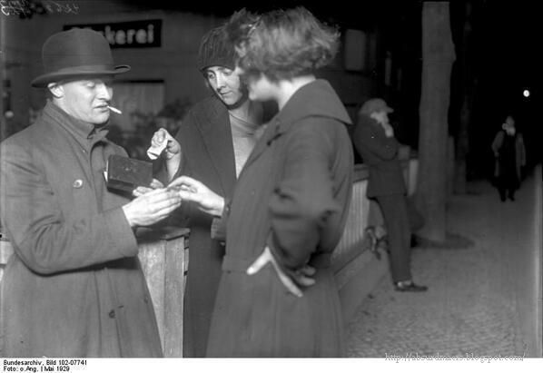 Two women buying cocaine capsules from their dealer, in the background stands the look out, Berlin 1929