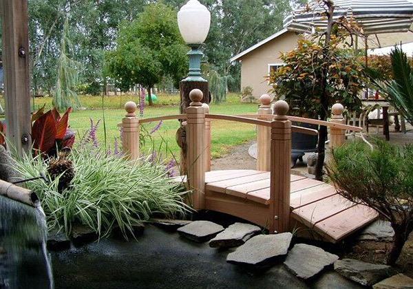Jembatan Kayu Lucu untuk Taman Rumah Minimalis