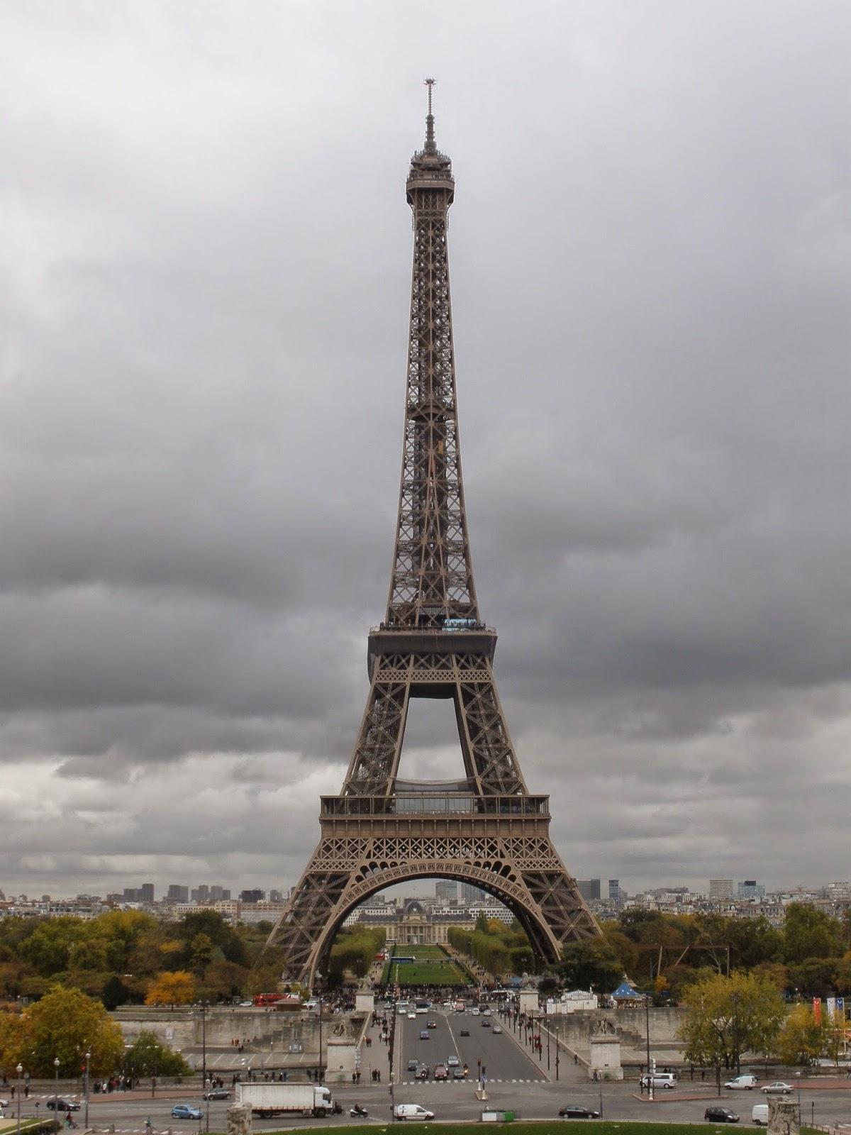 Torre Eiffel, París. Poseía en su inicio 300 metros de altura, y se ha prolongado posteriormente hasta los 324 metros con una antena.