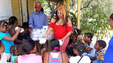 Arelis con el almuerzo a residentes del Naranjo Las Matas de Farfan 2017