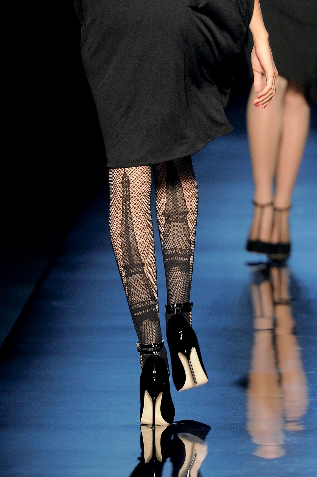 http://1.bp.blogspot.com/-rPD9dTxjhGU/TrgAj4FqnDI/AAAAAAAAIE8/LER3A2kMKMo/s1600/Fishnet+tights_Parisiennes+collection.jpg
