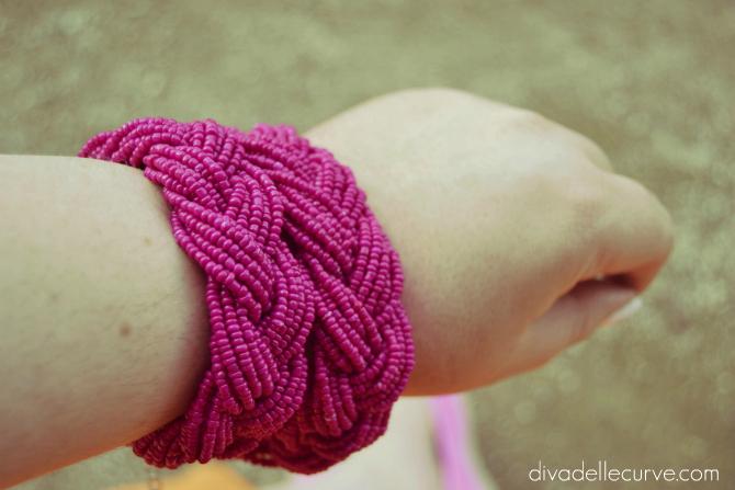 dettaglio collana indossata come bracciale