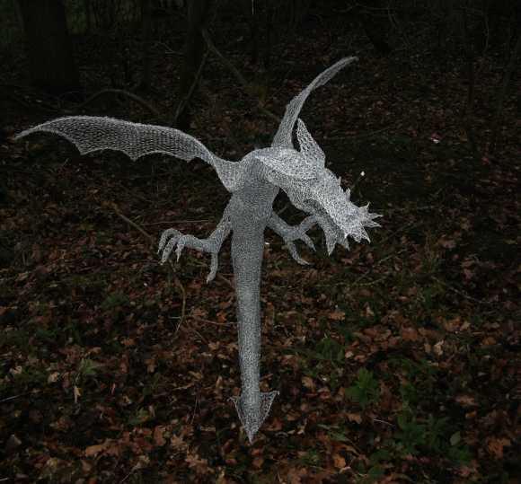Derek Kinzett esculturas feitas de arames Pequeno dragão da floresta