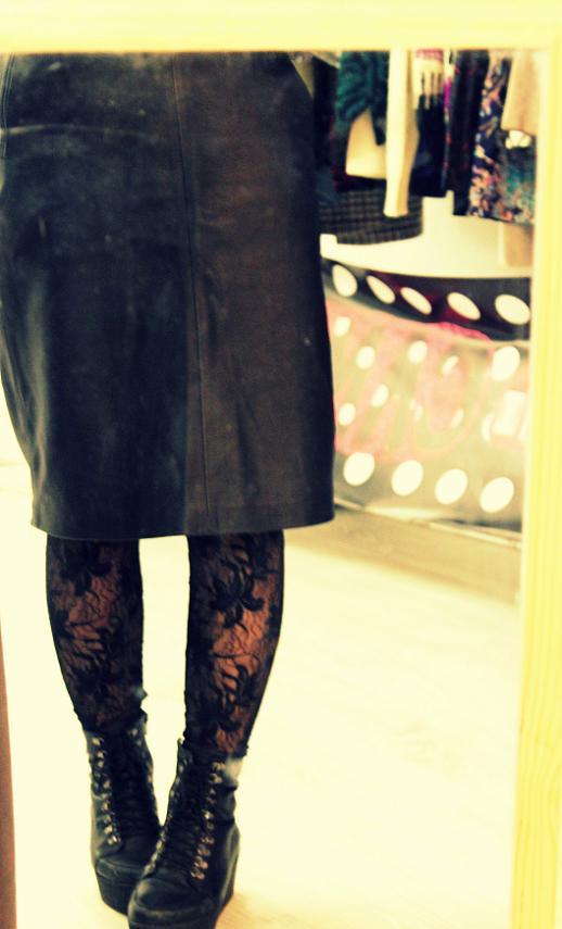 falda de cuero vintage botas negras vintage