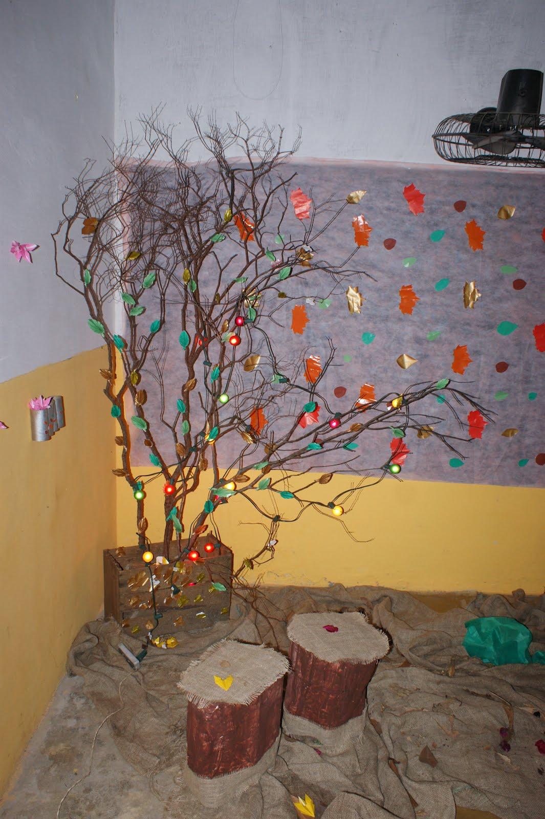 Aárvoreé feita de galhos secos e origamis de folhas amarradas com nylon bem fino -> Decoração Festa Folhas De Outono