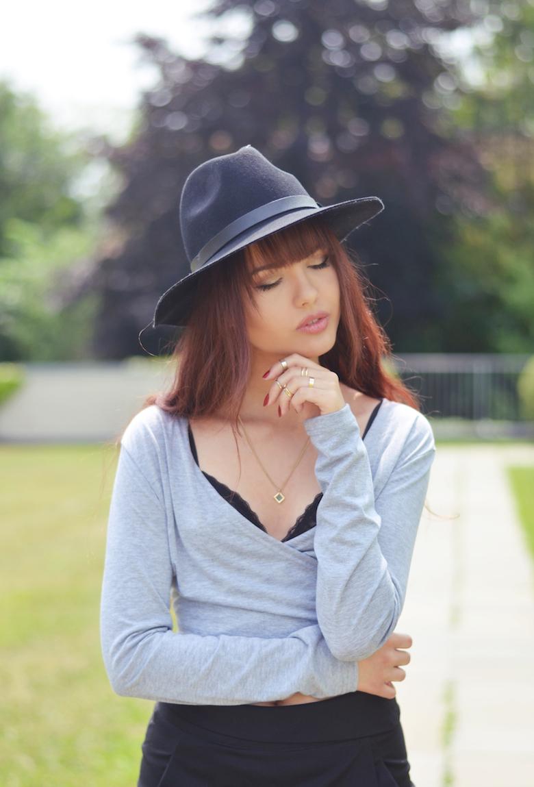 grau_schwarzes_Outfit_asymmetrische_Shorts_Hut_kombinieren_Sommer_ViktoriaSarina