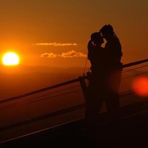 Esta lloviendo en una noche fría, solo necesito música, un beso y tu compañía.