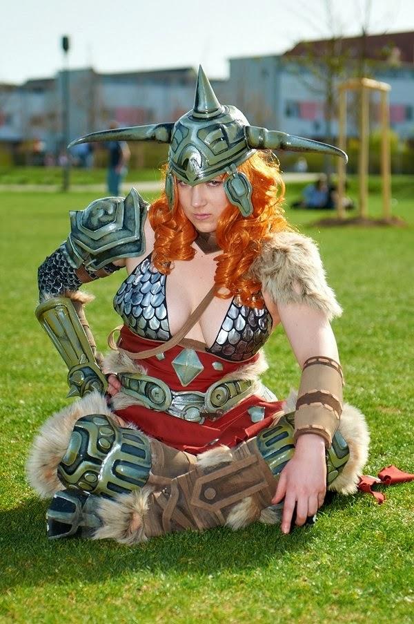 cosplay feminin barbare diablo 3 assise dans l'herbe