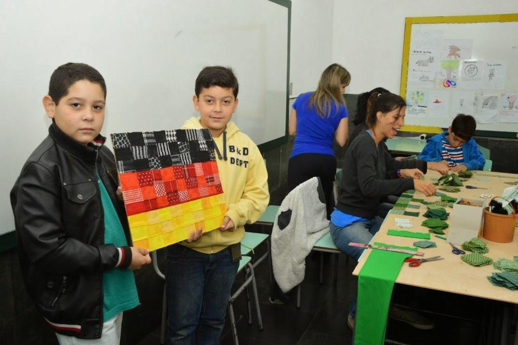 Alunos mostram bandeira de matelassê criada para decorar a Escola Antonio Santiago