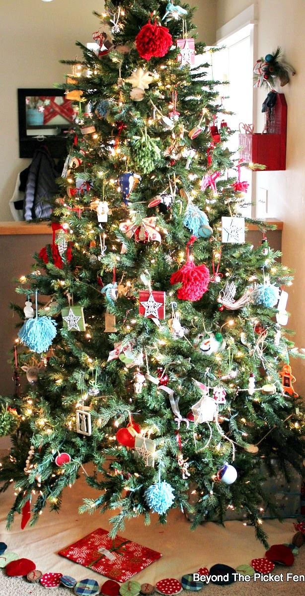 Home For the Holidays Christmas Home Tour http://bec4-beyondthepicketfence.blogspot.com/2014/12/home-for-holidays-days-of-christmas.html