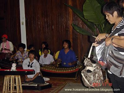 คณะนักเรียนโรงเรียนเชียงคาน มาโชว์การเล่นดนตรีไทยให้กับนักท่องเที่ยวได้ชม