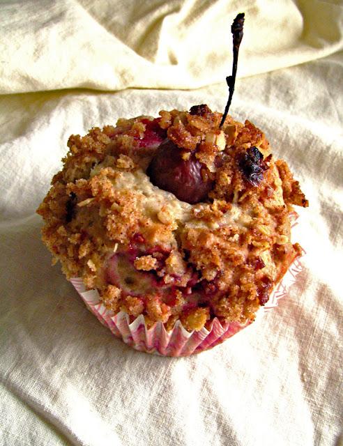 Muffins aux framboises et cerises avec croustillant à la cannelle
