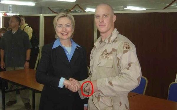 Foto de Hillary Clinton com soldado que tem os dedos cruzados se torna viral novamente