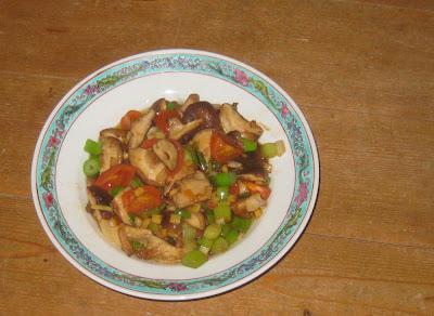 Im Wok gebratene Shiitake-Pilze mit Tomaten