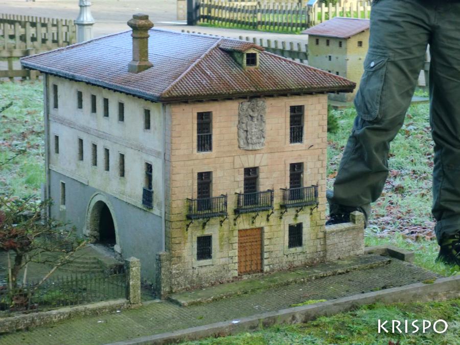 miniatura del palacio lardizabal con piernas