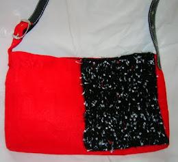 Bolso rojo y negro de fieltro y lana