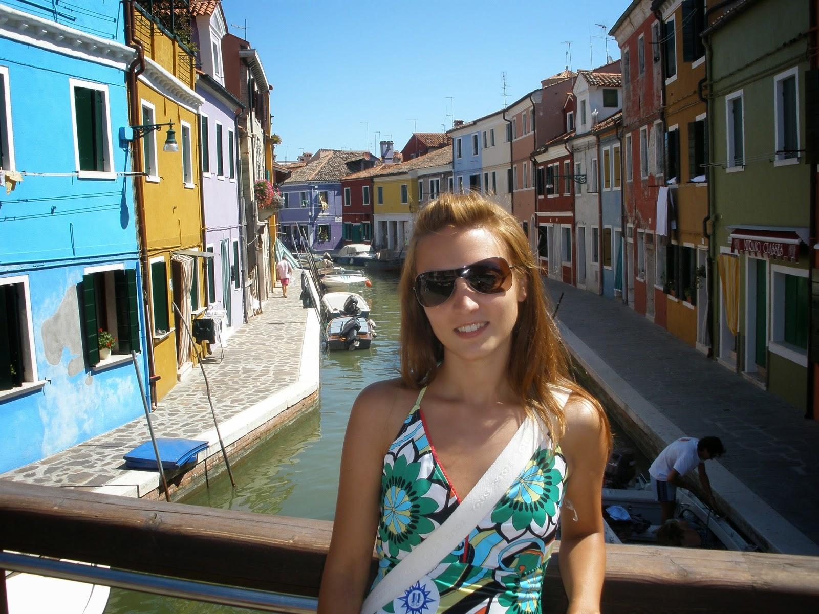 Isla de Burano, al igual que Venecia, rodeada de canales.