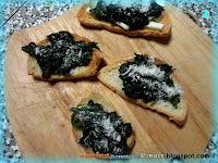 Crostini di pane toscano, erbette e parmigiano