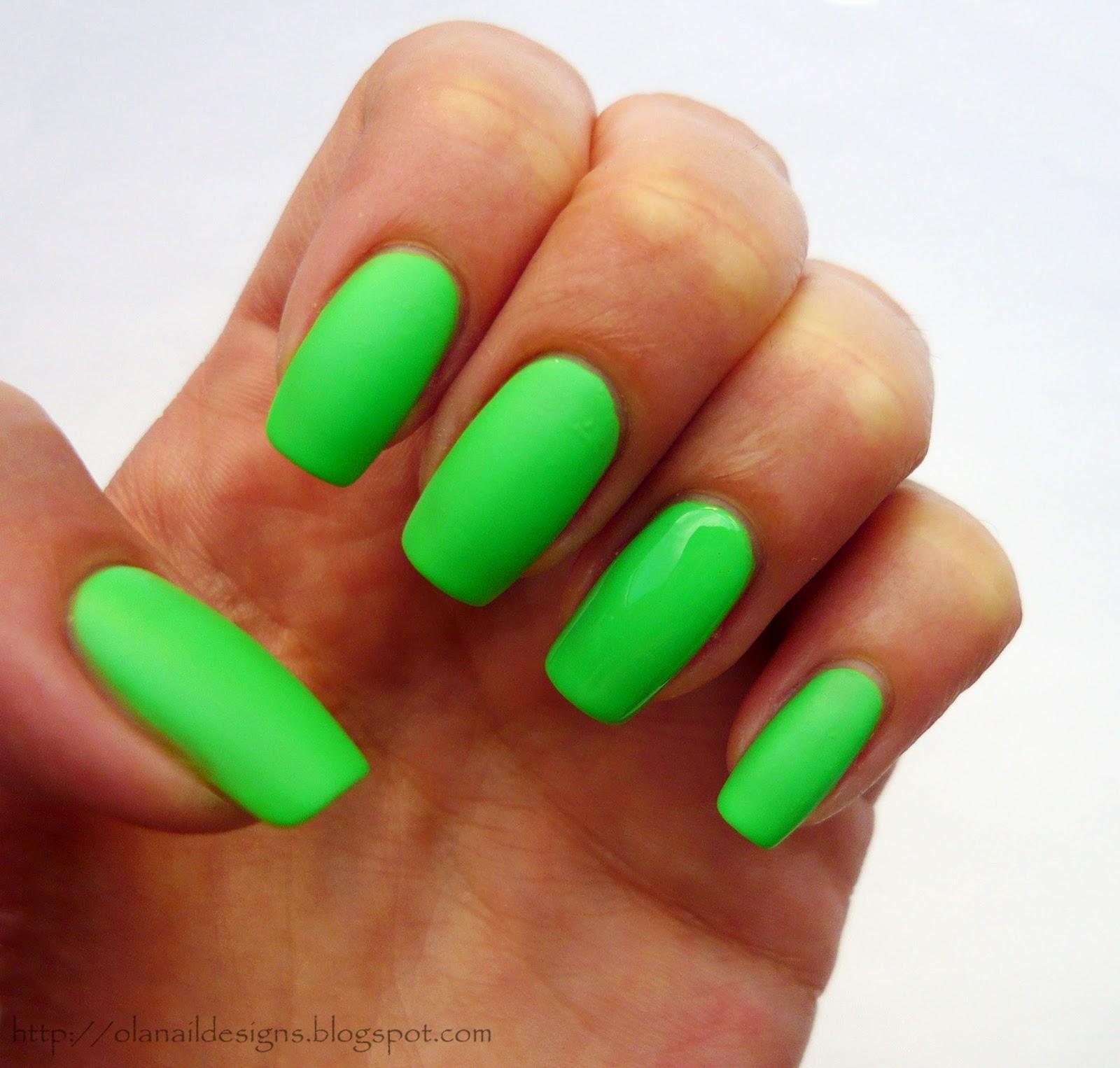 neonowa matowa zieleń na paznokciach