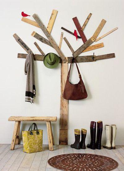 árvore cabideiro feita de restos de madeira