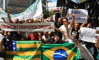Manifestantes pedem saída do governador Marconi Perillo, em GO