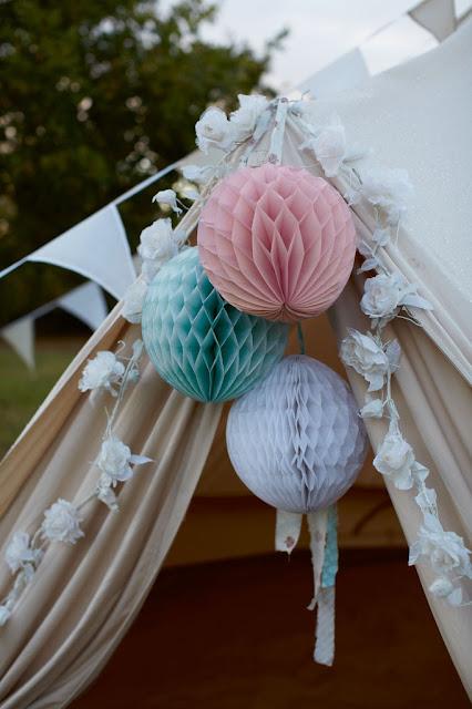 decoración con bolas de papel nido de abeja