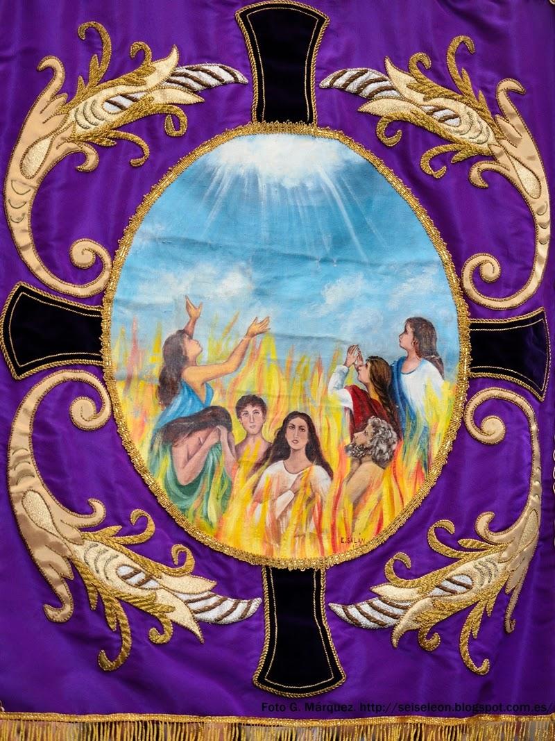 Estandarte de la cofradía de Ánimas y Santo Cristo de Fuera de San Martín. León.. Foto G. Márquez