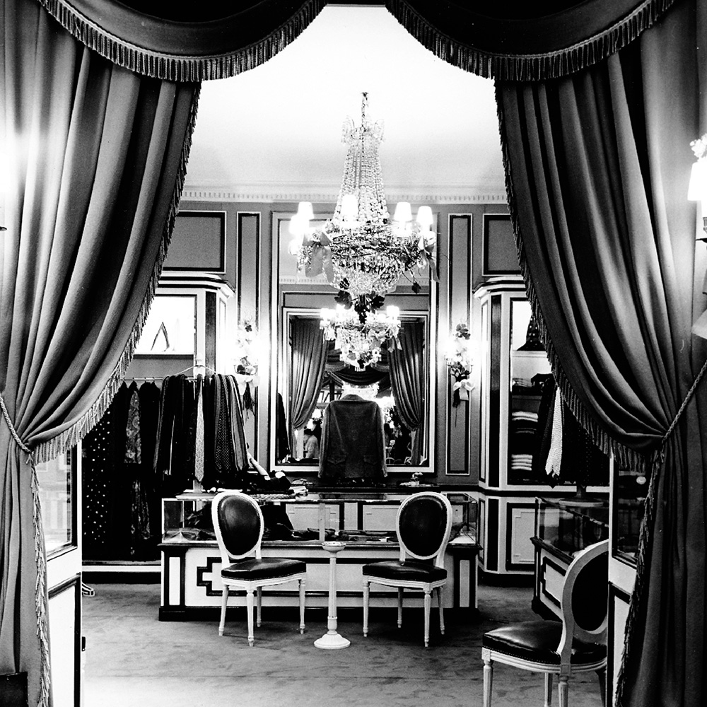 Christian Dior boutique in 1955/ Monsieur Dior: Once Upon a Time / Book review / fashion books / via fashioned by love british fashion blog