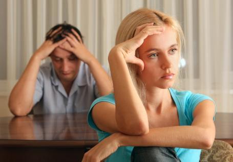 marriage-sad-couple - كيف تتصرفين مع زوجك اذا اصيب بضعف وفشل جنسى