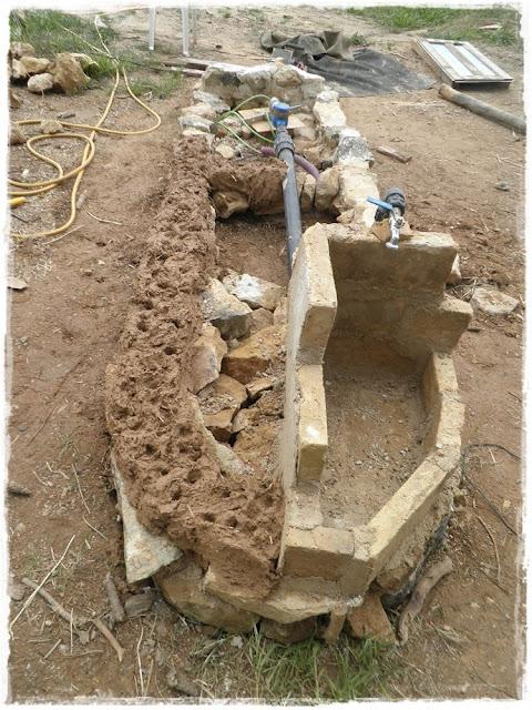 Paja y barro una nueva caseta para el pozo for Como construir una casa de piedra