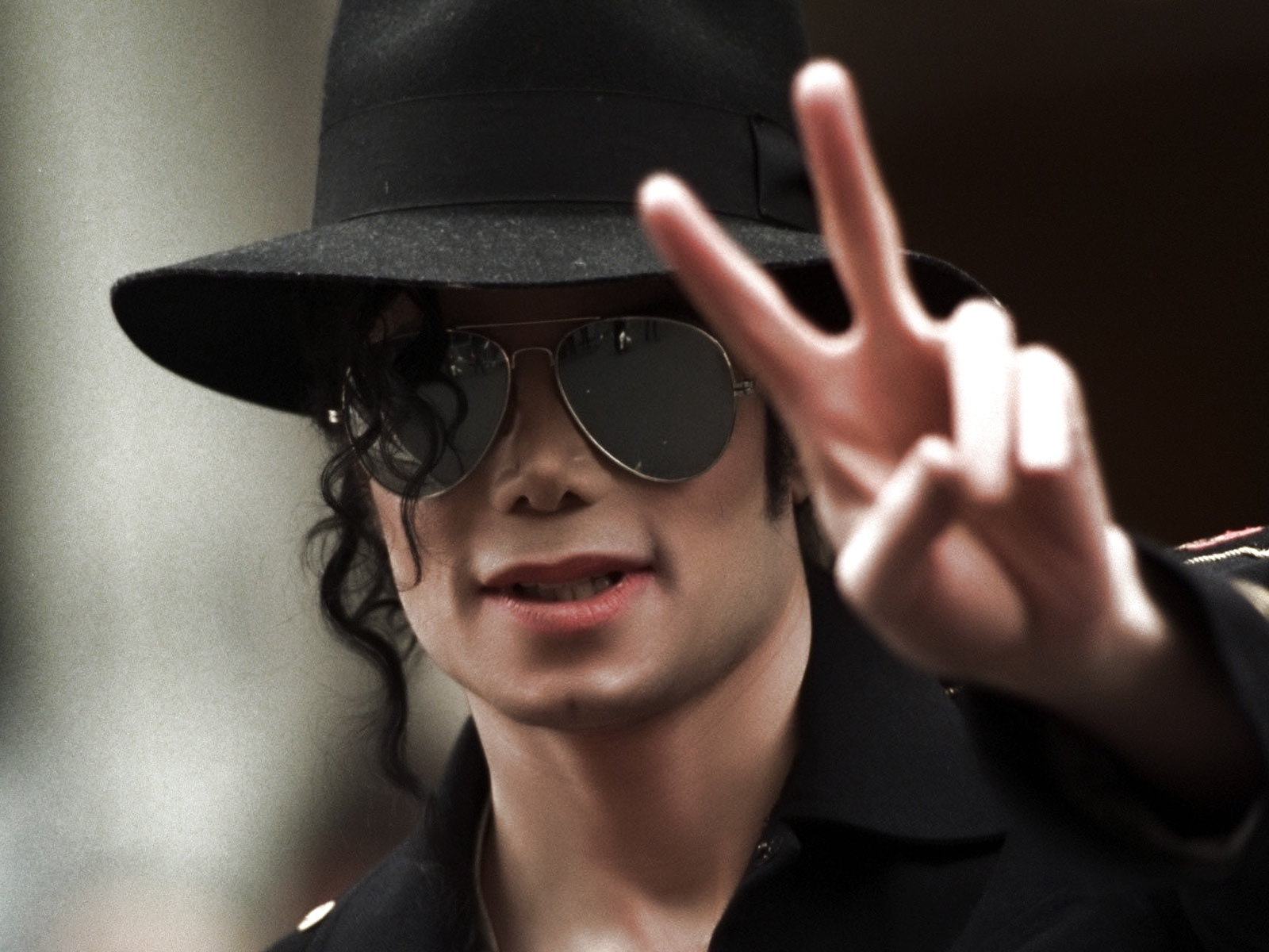 http://1.bp.blogspot.com/-rVsmvLT8baY/TuycE96D10I/AAAAAAAAAC8/kcbt3_SsHW8/s1600/The-best-top-desktop-michael-jackson-wallpapers-2.jpg