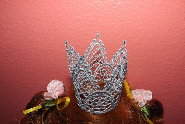 Hi All.  Today I wanted to make a crown for our granddaughter, but did not want to knit. But in the bins of my stocks, waiting in the wings, these lace. Not remember why I bought them, but they were useful to me it for Christmas.    Cut the desired length of lace,   Sew the edges,  And paint the paint from the container.  And voila ... ready for a princess crown     Все привет.   Сегодня мне захотелось сделать корону для нашей внучки. Но вязать совсем не хотелось. Зато в закромах моих запасов, ждали своего часа эти кружева. Уже не помню, зачем я их купила, но пригодились они мне именно на Рождество.   Отрезаем желаемую длину кружева,   Сшиваем края,  И красим краской из баллончика.  И вуаля … корона для принцессы готова
