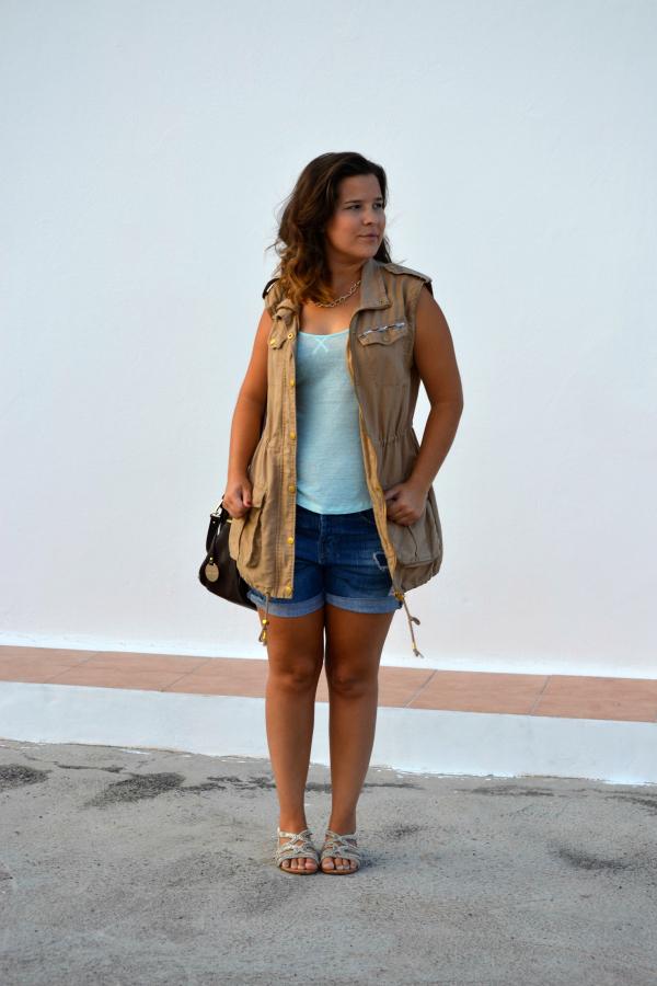 look_outfit_chaleco_safari_stradivarius_sandalias_primark_collar_cadena_dorado_valentina_complementos_nudelolablog_05