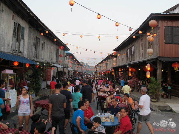 Siniawan Bazaar Night Market - full of people