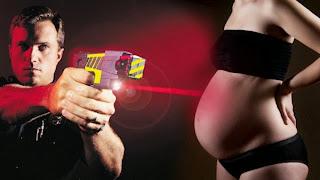 [+Video] Policía dispara con pistola eléctrica a embarazada