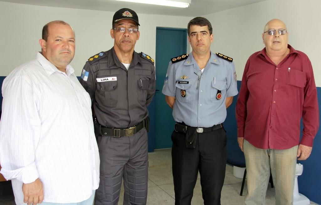 Os comandantes da Polícia Militar, coronel James Barros (da direita), e tenente-coronel Márcio Vaz Lima (da esquerda) entre o vice-prefeito Márcio Catão e o presidente do Conselho Municipal de Segurança, Nadin Kantara