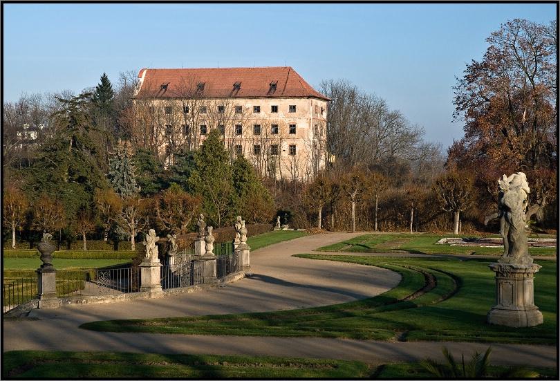 Terasa zámecké zahrady a hrad vargač (foto: jirka)