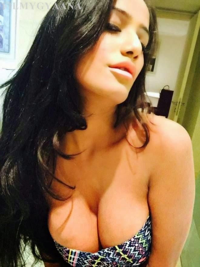 Poonam Pandey Hot Spicy Unseen Selfie Photos