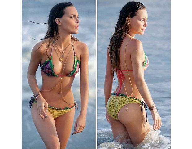 Belinda en Bikini Disfrutando de la playa