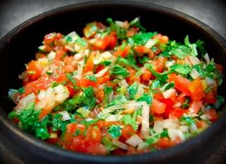Ensalada de espinacas y pollo pebre