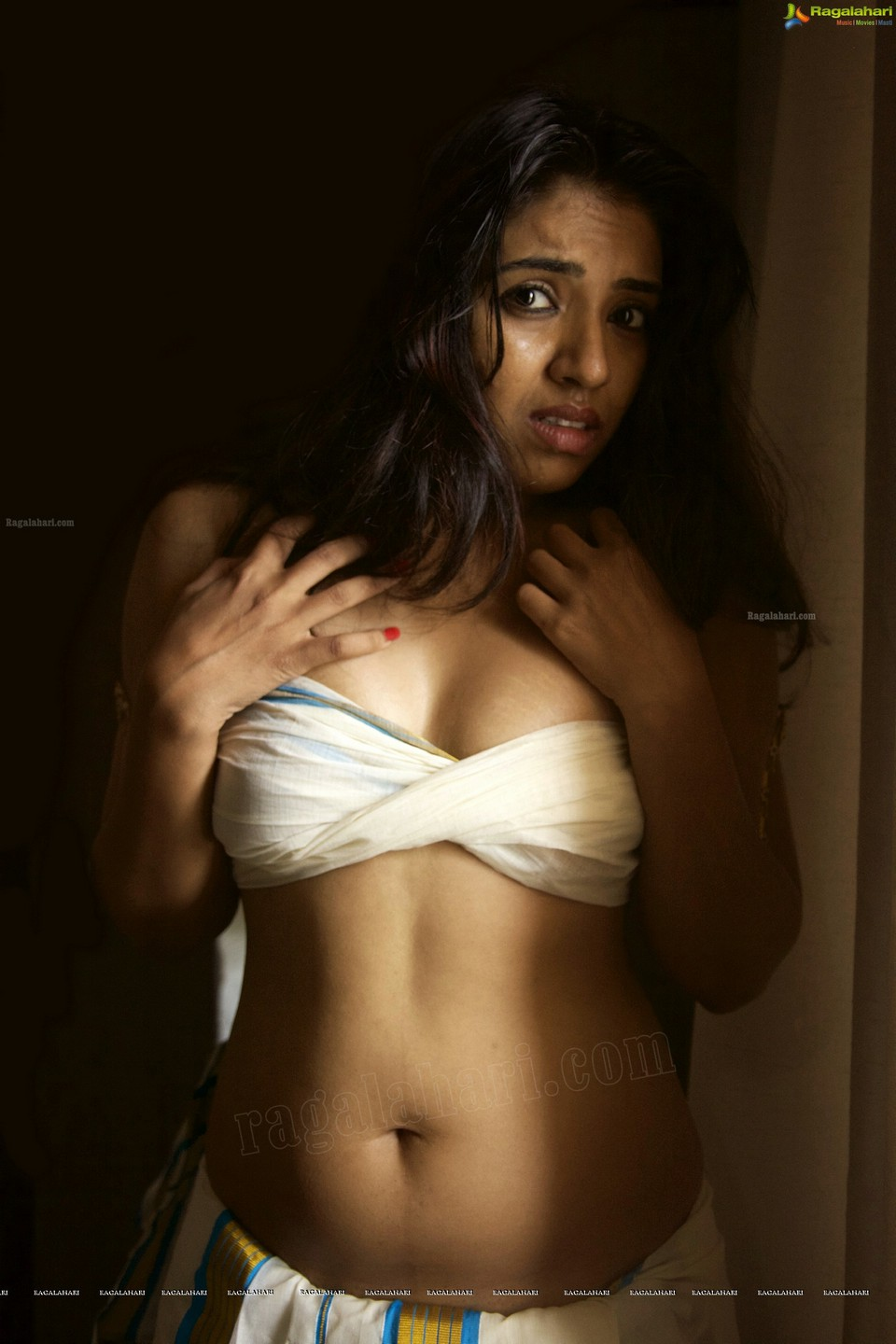 Sasha Gopinath latest hot navel show photos