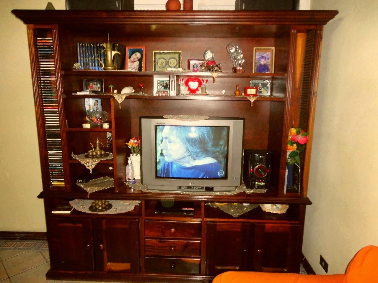 televisões ficavam apoiadas nas estantes grandonas cheias de enfeites  #320E04 1280x960