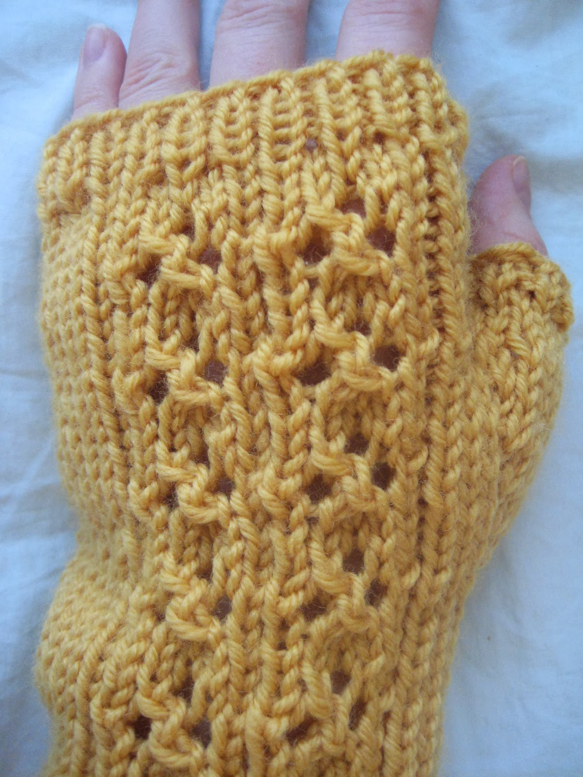 Balls to the walls knits fingerless gloves the pattern a cloverleaf if you look closely bankloansurffo Image collections