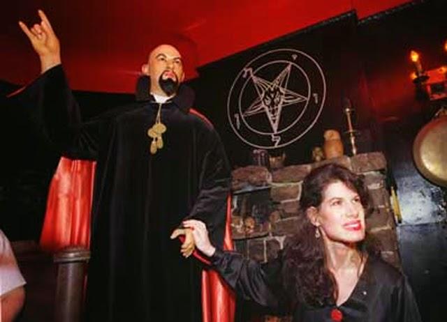 anton szandor lavey fundador de la iglesia de satan con la mano ...
