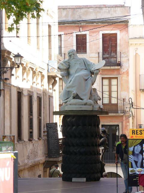 Во дворе музея-театра Сальвадора Дали в Фигерасе: живописец Менсонье.